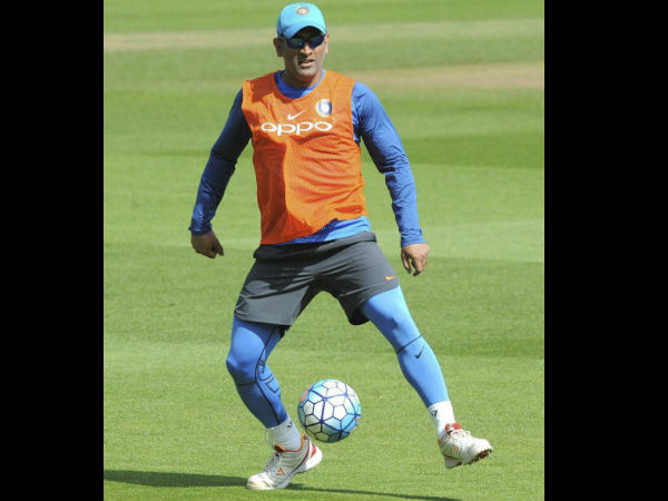 Dhoni plays Leg Volleyball with New zealand players