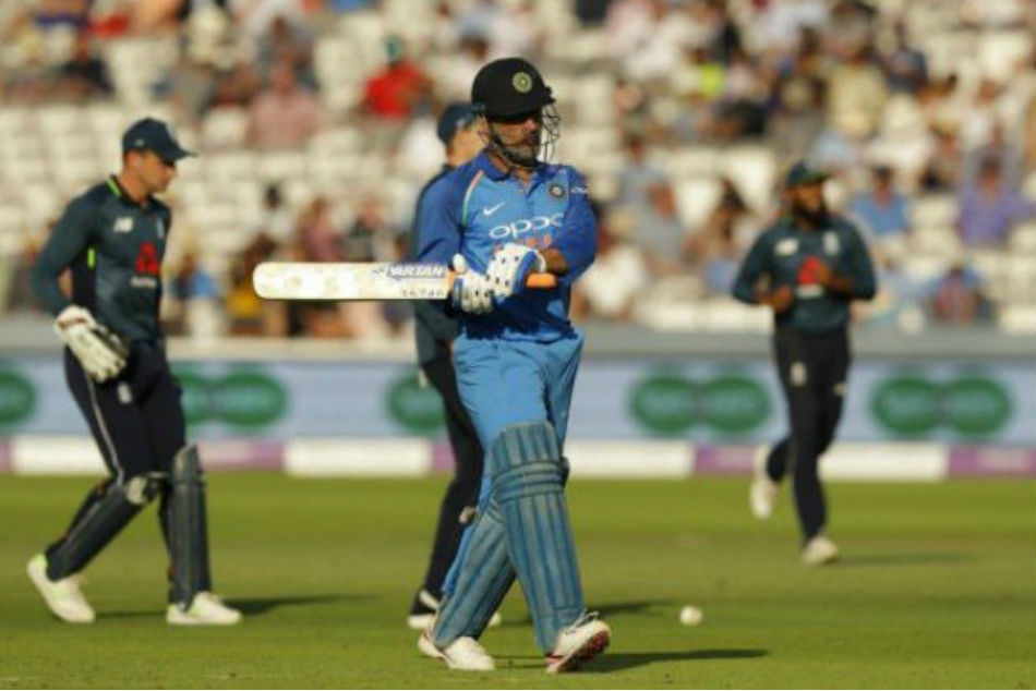 MS Dhoni booed at Lords, Virat Kohli defends former captain