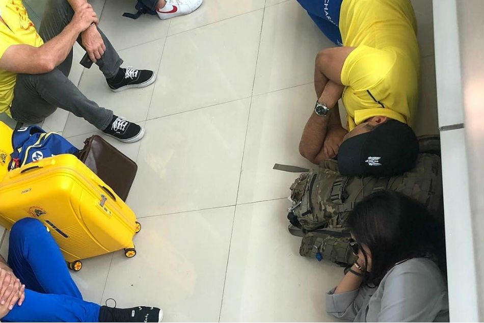 MS Dhoni & Sakshi Dhoni sleep on airport floor, share picture on Instagram