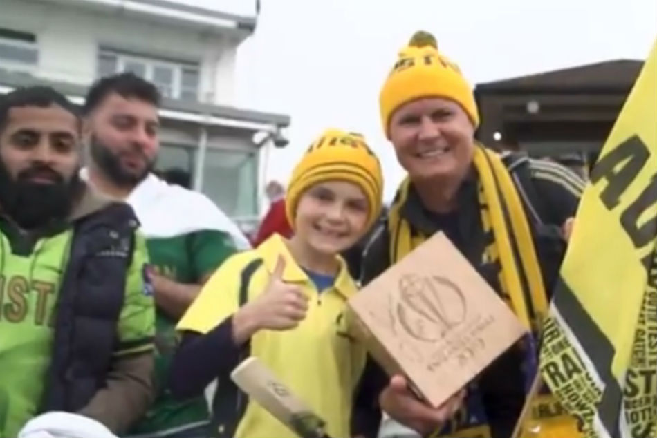 World Cup 2019 David Warner Gives His Man Of The Match Award To A Young Fan