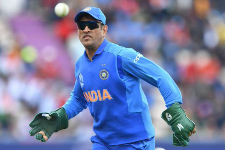 Dhoni to mask army insignia on his wicketkeeping gloves against Australia?