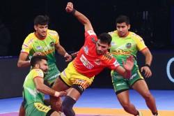 Pro Kabaddi 2018 Gujarat Qualify The Playoffs With 45 27 Win