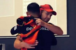 Ab Devilliers Gifted A Special Jersey To His Friend Virat Kohli For Completing 200 Matches For Rcb